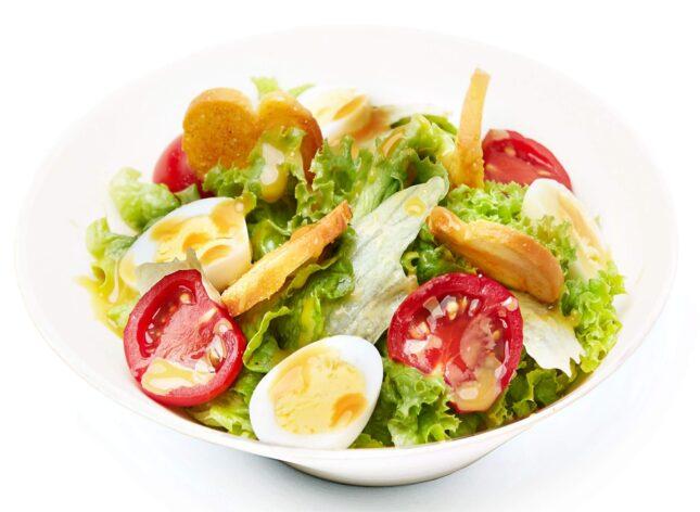 Салат з грінками та яйцем